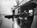 Crew Chief Lance Cpl. James C. Farley Manning Helicopter Machine Gun of Yankee Papa 13 Lámina fotográfica por Larry Burrows