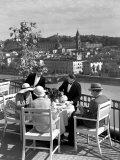 Dining Outside at Restaurant on Roof of Excelsior Hotel Lámina fotográfica por Alfred Eisenstaedt