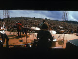 Huge Crowd Listening to a Band Onstage at the Woodstock Music and Art Festival Fotografie-Druck von Bill Eppridge