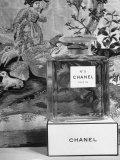 Close Up of Perfume Bottle Reproduction photographique par Hans Wild