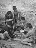 Boys Playing Cards on Steps in Town Impressão fotográfica por Dmitri Kessel