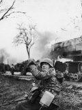 German Soldier Urging Comrades Forward During the Battle of the Bulge Fotografisk tryk