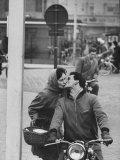 Couple Kissing in the Street Reproduction photographique par Stan Wayman