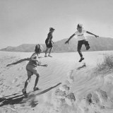 Children Playing in the Desert Sand Reproduction photographique par Nat Farbman