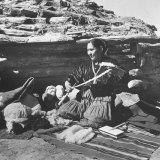 Navajo Jessie Gorman Spinning Wool For Blanket Weaving Impressão fotográfica por Nat Farbman