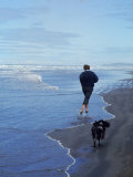 Presidential Candidate Bobby Kennedy and His Dog, Freckles, Running on an Oregon Beach Reproduction photographique Premium par Bill Eppridge