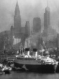 Oceanliner Queen Elizabeth Sailing in to Port Fotografisk tryk af Andreas Feininger