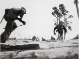 US Marines Dashing For Cover While Assaulting Japanese Positions on Betio Island Lámina fotográfica