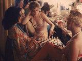 Showgirls Playing Chess Between Shows at Latin Quarter Nightclub 写真プリント : ゴードン・パークス