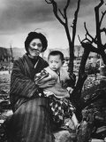 Mother and Child in Hiroshima, Four Months After the Atomic Bomb Dropped Reproduction photographique par Alfred Eisenstaedt