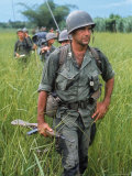 US Army Captain Robert Bacon Leading a Patrol During the Early Years of the Vietnam War Reproduction photographique par Larry Burrows