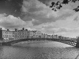 Vista del río Liffey y el puente de metal en Dublín Lámina fotográfica por Hans Wild