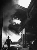 Man Walking in the Smokey Steel Mill Reproduction photographique par Nat Farbman
