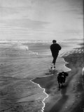 Robert F. Kennedy Running on the Beach with His Dog Freckles Reproduction photographique par Bill Eppridge