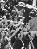 Senator Robert F. Kennedy Mobbed by Youthful Admirers During Campaign Lámina fotográfica por Bill Eppridge