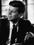 Senator John F. Kennedy, Posing For Picture Fotografie-Druck von Hank Walker