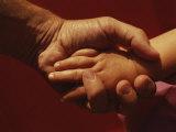 Un père tient la petite main de sa fille Reproduction photographique par Roy Gumpel
