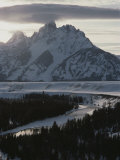 Grand Teton Mountain and the Snake River in Winter 写真プリント : レイモンド・ゲーマン