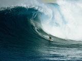 Surfeur sur une vague immense au nord de l'île Maui Reproduction photographique Premium par Patrick McFeeley