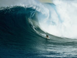 A Surfer Rides a Powerful Wave off the North Shore of Maui Island Premium fotografisk trykk av Patrick McFeeley