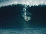 Surfeur sur une vague immense au nord de l'île Maui Reproduction photographique par Patrick McFeeley