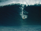 A Surfer Rides a Powerful Wave off the North Shore of Maui Island Fotografisk tryk af Patrick McFeeley
