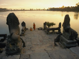 Two Buddhist Monks Sit at the Waters Edge at a Lake Temple in the Angkor Wat Complex Fotografisk tryk af Paul Chesley
