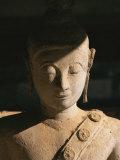 A Statue of Buddha with Eyes Shut Stands in Half Shadow Impressão fotográfica por Paul Chesley