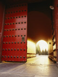 The Giant Red Doors to the Forbidden City in Beijing Fotografisk tryk af  xPacifica