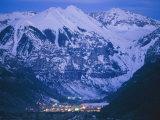 The Cozy Village of Telluride Nestles in a Valley Between High Peaks Impressão fotográfica por Paul Chesley