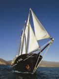 Ship Sailing Through the Galapagos Islands 写真プリント : スティーブ・ウィンター
