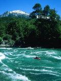 Kayakiste dans les vagues d'un rapide, Futaleufu, Chili Reproduction photographique par Skip Brown
