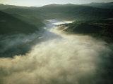 An Aerial View of a Fog-Filled Valley on the Monterey Peninsula Impressão fotográfica por Bill Curtsinger