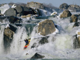 Kayaker Running Great Falls on the Potomac River in Winter Reproduction photographique par Skip Brown