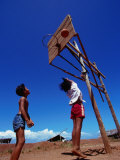 Children Playing Basketball at Honda Bay, Puerto Princesa, Philippines 写真プリント : トム・コックレム