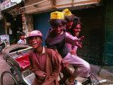Group on Rickshaw Celebrating Holi Festival, Delhi, India Fotografisk tryk af Paul Beinssen