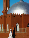 Man Walking Past Silver-Domed Mosque, Omdurman, Khartoum, Sudan Lámina fotográfica por Eric Wheater