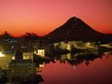 City at Sunset, Pushkar, India Fotografisk tryk af Paul Beinssen