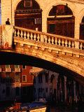 Detail of Ponte Di Rialto and Buildings along Grand Canal, Venice, Italy Fotografie-Druck von Damien Simonis