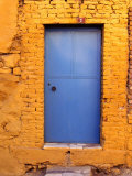 Blue Door on Yellow Brick House., Milas, Mugla, Turkey Fotografisk tryk af Greg Elms