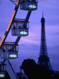 The Paris Ferris Wheel and Eiffel Tower, Paris, Ile-De-France, France Lámina fotográfica por Doug McKinlay