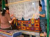 Women Making Carpets, Cappadocia, Turkey Fotografie-Druck von Wayne Walton