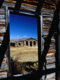Hut Framed by Window of Burnt Log Cabin, Wind River Country, Lander, USA Fotoprint av Brent Winebrenner