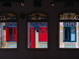 Row of House Windows on Lorong, Geylang, Singapore, Singapore 写真プリント : トム・コックレム