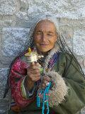 Tibetan Woman Holding Praying Wheel in Sakya Monastery, Tibet, China Lámina fotográfica por Keren Su