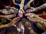 Pakistanska flickor visar sina händer målade med henna inför den muslimska festen eid-al-fitr Fotoprint av Khalid Tanveer