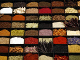 A Display of Spices Lends Color to a Section of Fancy Food Show, July 11, 2006, in New York City Fotografie-Druck von Seth Wenig