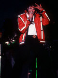 Michael Jackson Concert Tokyo Japan Red Jacket Hand on Head Singing Microphone, 1987 Fotografisk tryk