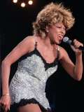 Tina Turner at the SECC Glasgow Wearing a Silver Mini Dress Singing into the Microphone Fotografisk tryk