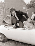 Martin Shaw Jumping out of a White Convertable Car on the Set of the Professionals Fotografisk tryk